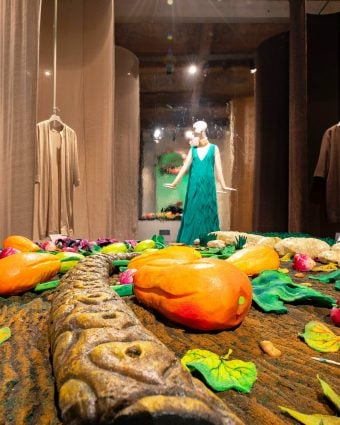 The Sustainable Thinking exhibition at Museo Salvatore Ferragamo explores Ferragamo sustainability from the pioneering spirit of the brand's founder Salvatore Ferragamo in his revolutionary use of natural, recycled and innovative materials.